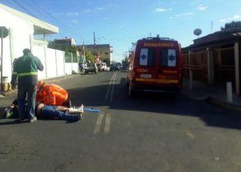 ACIDENTE ENTRE DUAS MOTOS DEIXA UM FERIDO NO CENTRO DE ARCOS
